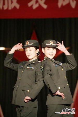 07式女军官春秋常服-新疆军区举行07式新军服试穿展示观摩会图片