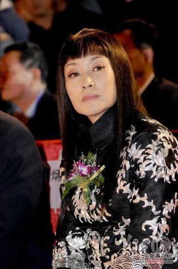 组图:54岁刘晓庆穿花袄 长发披肩齐刘海藏皱纹
