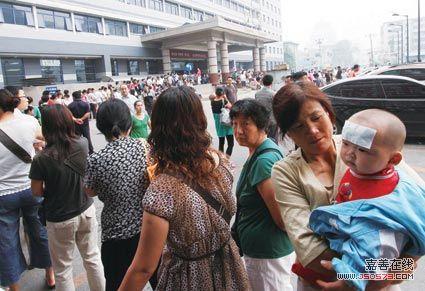 北京儿童医院就诊人数激增 为挂号昼夜排队(图)