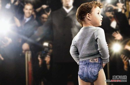 """穿着牛仔裤造型纸尿裤的""""模特""""宝宝"""