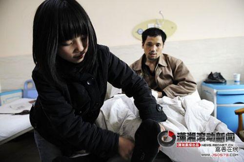 12岁女孩带重病父亲一起上初中图片