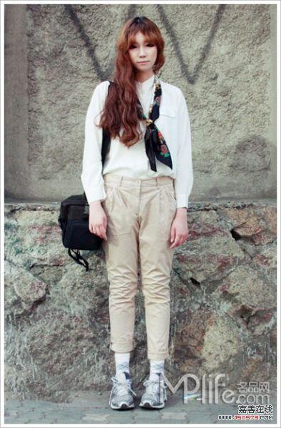 白衬衫,高腰裤,运动鞋