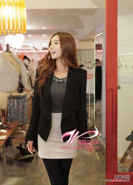 黑色开襟西装外套搭配米色紧身裙