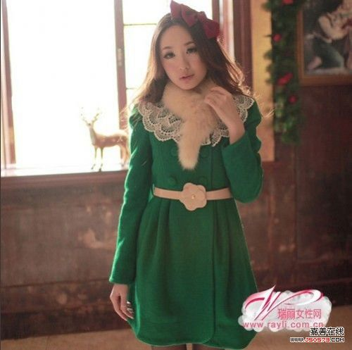 一件红裙搭配针织衫,一件绿色毛领呢子外套