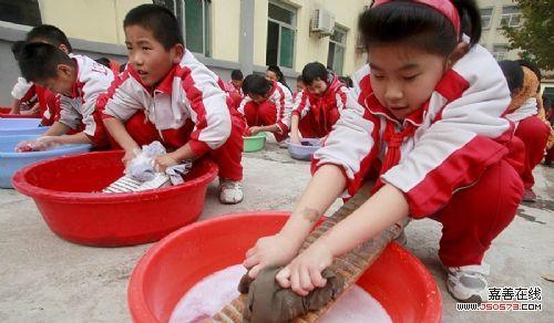 济南小学生操场集体洗衣服感恩父母