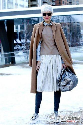 搭配:蓝色牛仔衬衫+卡其色套头毛衣+白色半身及膝裙