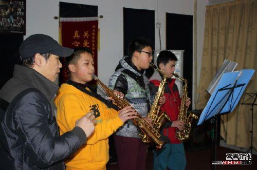 马洪涛老师在教学生萨克斯-慈善 公益 一