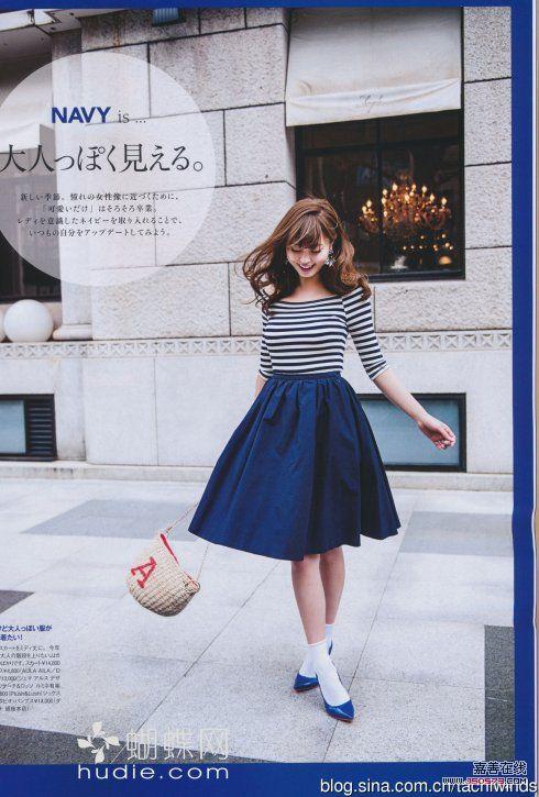 蓝条纹露肩上衣搭配深蓝色中长裙