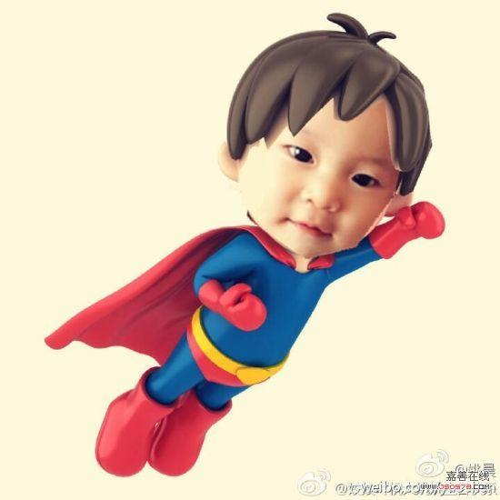 """""""姚晨用ps给儿子穿上超人战袍,可爱的土豆露出萌萌哒的表情,举起手臂"""