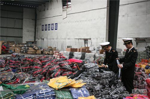 图为宁波海关查验关员正在对侵权套装进行查验.