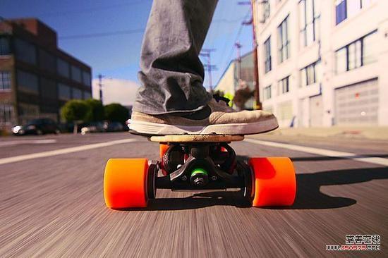 其实给滑板赋予动力并不难,电动技术发展飞快,滑板也抓住了电动风潮的小尾巴,体积和重量大幅度减小,让动力滑板更接近原始的面貌,当然还有静音以及环保方面的各种优势。而难的是让滑板还有原本的操控,电动滑板最划时代的技术正体现在操控上,那就是不再需要线控了。   我们发现一项技术的普及应用可以影响到无数领域,重力感应就让电动滑板变得聪明起来,也更具玩乐性。系统可以通过滑板上的重量分配来进行速度操控,向前踩或前倾表示加速,向后踩或后倾表示刹车,搭载一块几百瓦的电动机,时速可以达到二十几公里每小时,续航里程也可以