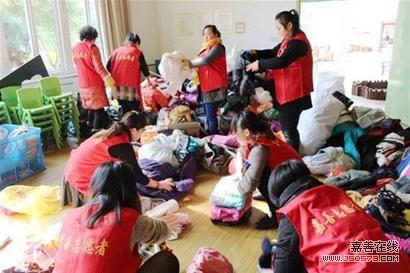 西塘幼儿园为贫困地区儿童捐衣物
