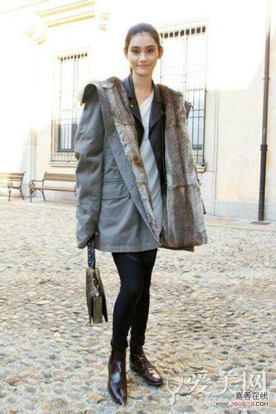 示范搭配:打底衫+黑色机车皮夹克+羊羔毛冬装外套