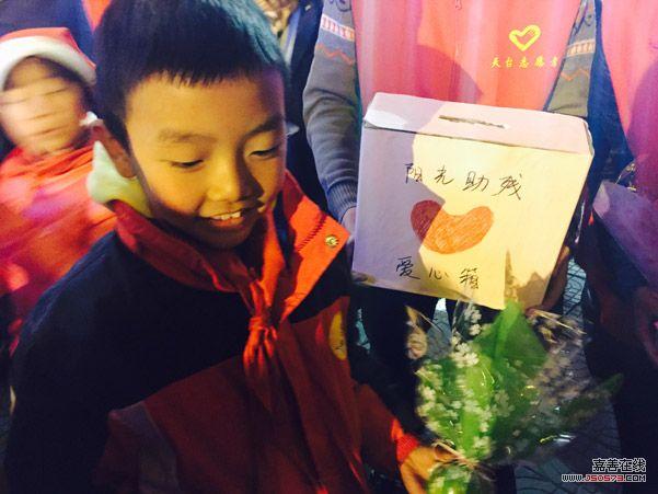 浙江天台青年志愿者平安夜义卖爱心苹果
