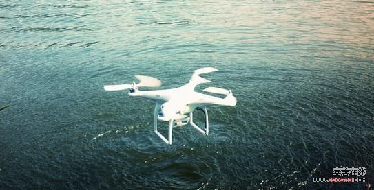 当时多旋翼飞行器已经兴起,大疆在新西兰的一位代理商告诉汪滔,他每个月售出200多个云台(云台是安装、固定摄像机的支撑设备),90%的购买者会将云台悬挂到多旋翼飞行器上。比较而言,这位代理商每月只能售出几十个直升机飞行控制系统,说明多旋翼飞行器市场比直升机市场大的多。   大疆很快把在直升机上积累的技术运用到多旋翼飞行器上。当时德国有一家名叫MK的公司生产多旋翼飞行器零配件,客户可以自行DIY。基于这一开源项目,中国大陆也有公司生产类似产品。大疆进入以后,迅速打响口碑,一年后市场占有率达50%以上。