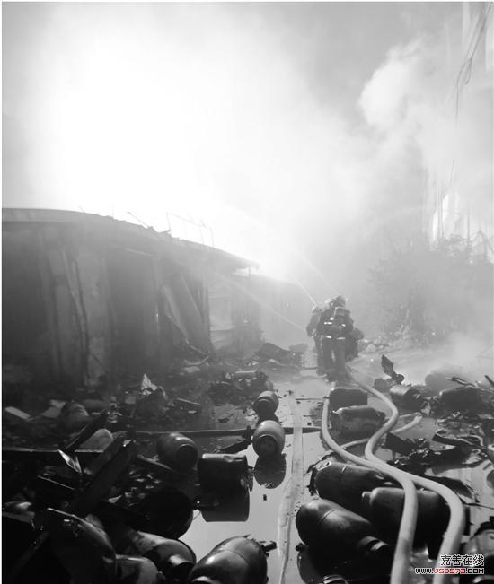 昨晚,杭州城北,通益路附近突然传出阵阵爆炸声,紧接着火光冲天,浓烟四起。杭州城北大火很快刷屏朋友圈。 事发后,杭州消防调派35辆消防车前往救援,截至今天凌晨,消防官兵仍在现场清理火场。昨晚,杭州余杭区相关部门连夜召开了新闻发布会,确认是因为爆炸引发火灾。小型煤气瓶运输货车在两厂区之间道路发生爆燃,其后引燃周围厂房。运输车辆发生爆燃的具体原因还在进一步调查当中。 至昨晚11点,现场发现了一名男性死者遗体。 环保部门确认火灾未造成周边空气出现有毒物质,且火场周围50米范围内并无居民楼。截至昨晚钱报记者发