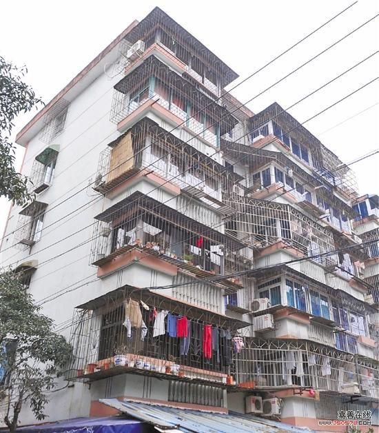 宁波市江东区白鹤新村的老房子大多数都安装了防盗窗.