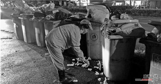 万安城市花园东苑小区门口的垃圾桶 不知道你有没有留意到,杭州的大马路上有个怪象:白天干净整洁的道路两旁,一到晚上,就会突然冒出很多垃圾桶,在路边站岗。 这些垃圾桶,有的垃圾满得都掉落在地面上,脏兮兮的。夏天垃圾桶里飘出来的怪味,让不少行人路过都禁不住掩住鼻子。 前天晚上,钱报记者走访了市中心的几条道路,发现这样的情况还不是个别现象。 路边一溜10多个垃圾桶 环卫工人忙着捡垃圾 前天晚上9点半,建国中路万安城市花园东苑门口,小区紧邻非机动车道边上,一溜站着黄的、绿的14个垃圾桶。这些垃圾桶有一个统一的