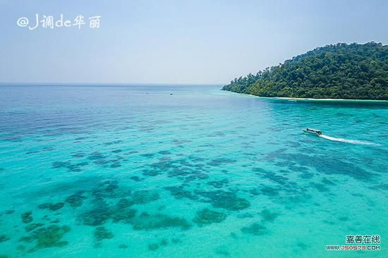几乎每年都会来一次泰国,每次都会去一些不一样的地方,这次飞到甲米后坐了三个小时的车来到了更南部的董里(Trang)。和泰国那些到处都是人的热门旅游城市比起来,董里是一个能让人安心享受假期的清净之地。   董里是泰国西南部董里府的首府,在董里河左岸,有119公里长的海岸线,沿岸散落着无数宝石般的绿色岛屿,白色的沙滩、原始的热带雨林、神秘的洞窟和壮观的瀑布构成了董里的天然美景。这座泰南小城不仅拥有可以和印度洋海岛以及泰国斯米兰群岛媲美的纯净海水,还拥有怎么吃都不重样的早餐和美食,最重要的是没有到处扎堆的游