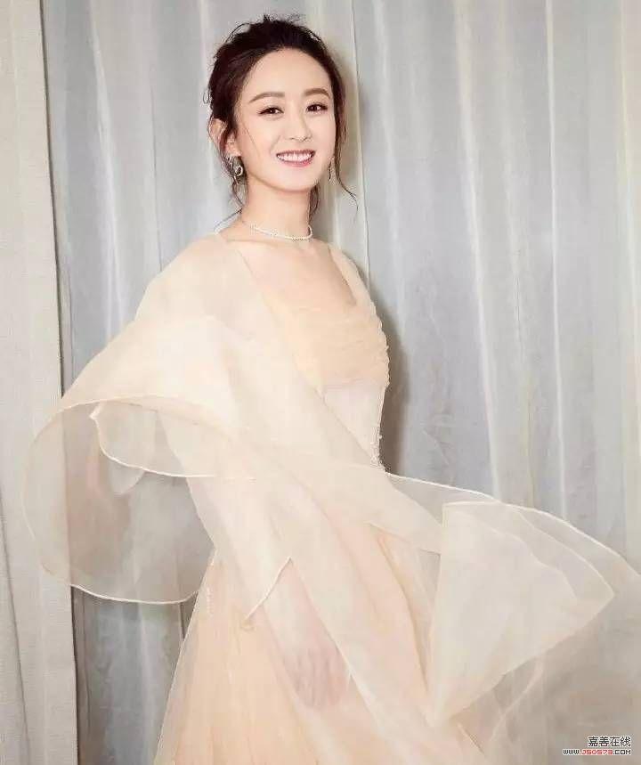 赵丽颖穿裙子美飞了,脸上的雪纺妆很有料哟!