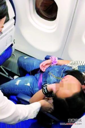 乘客都已下机,小女孩仍在座位上睡觉。