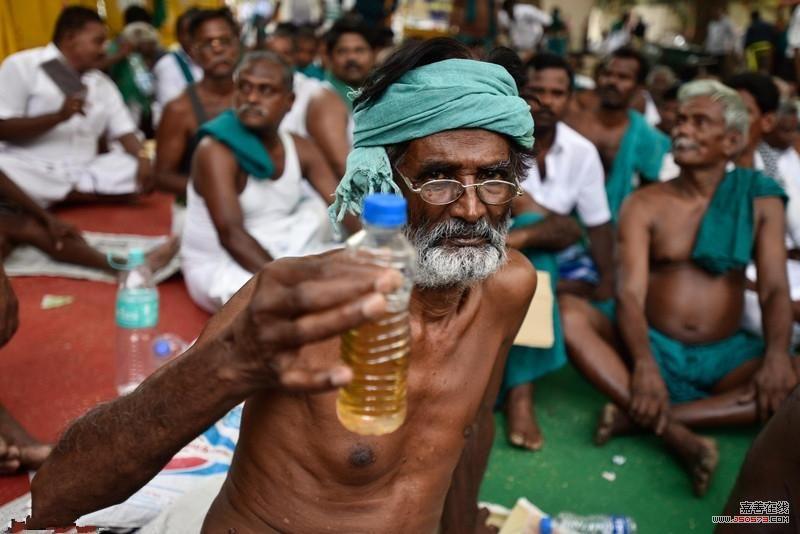 印度农民聚众喝尿 背后缘由令不少人震惊