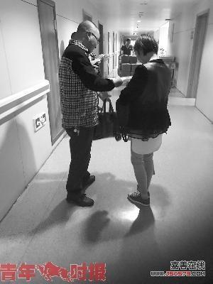 3年前妻子捐肾救丈夫 如今患癌症丈夫悉心照顾
