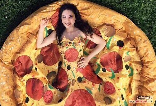 女子做出披萨礼服 令人垂涎欲滴