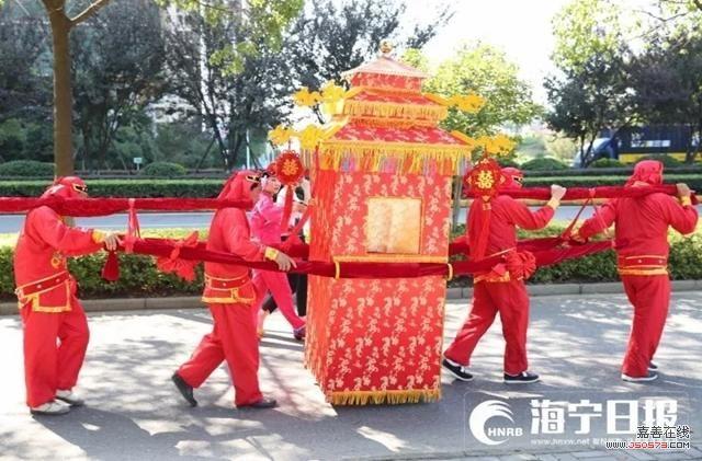 嘉兴街头新郎骑着白马来娶亲 中式婚礼不一般