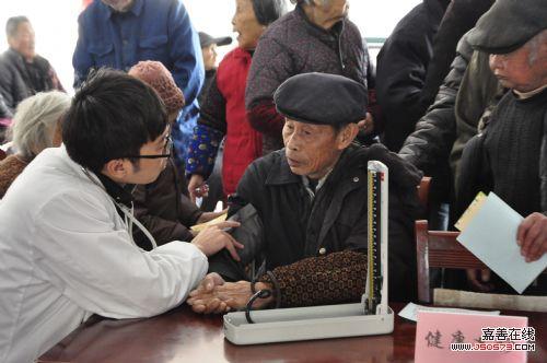开展 心公益,关爱老人 爱心公益活动图片