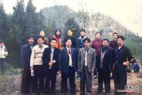 左春泉(前排右三)与鹤龄小学任课老师合影