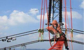 """惊险!电力员工百米高空上""""穿针引线"""""""