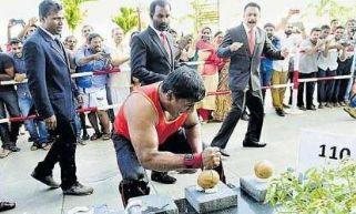 印度机械工人徒手砸开124个椰子 刷新世界纪录